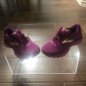 women athletic shoes brooks size 6 new